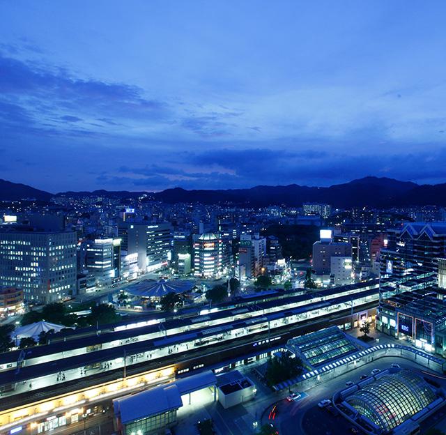 六甲の山並みと、神戸の港町